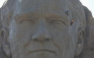İzmir'in simgesi dev Atatürk maskını profesyonel dağcılar temizledi