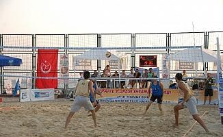 Kadıköy'de plaj voleybolu turnuvasında gençler ve ustalar bir arada