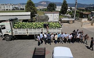Sanayiciler çiftçilerin elinde kalan karpuz ve biberleri alarak işçilerine dağıttı