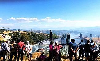 Sarıgöl'de çıkan yangın, tek katlı evi küle döndürdü