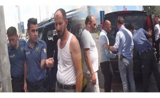 Taksim Meydanı'nda seyyar satıcıyla minibüs şoförü arasında arbede