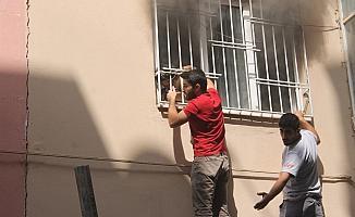 Yangında mahsur kalan öğrenci, demir korkuluk kırılarak kurtarıldı