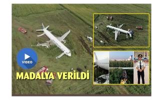 Yolcu uçağını mısır tarlasına indiren pilota madalya verildi