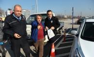 Bursa'da otoparkta bulduğu 20 bin lirayı sahibine teslim etti