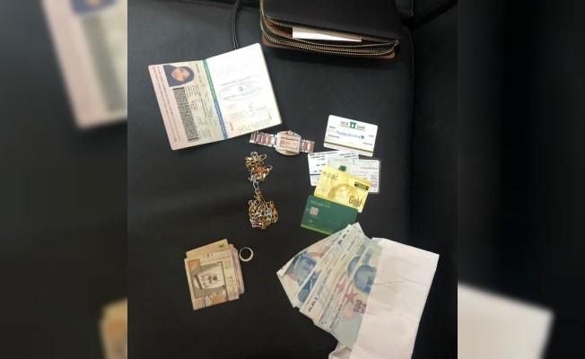 Bankta buldukları çantayı alan İranlı şüpheliler yakalandı