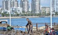 Fırtınanın sürüklediği odunları vatandaşlar topluyor