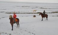 Atları yarışlara karda hazırlıyorlar