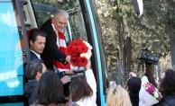 Yıldırım, İstanbul'da vatandaşları selamlıyor