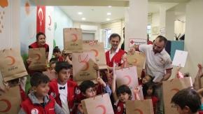 Türk Kızılay'ından çocuklara bayramlık kıyafet yardımı