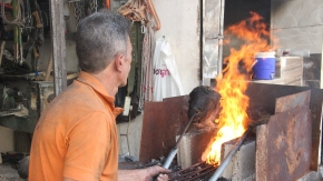 Kurban kelleleri demirci ustaları tarafından ütülüyor